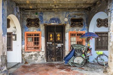 MY02318 Traditional 19th century shophouse, George Town, Penang Island, Malaysia