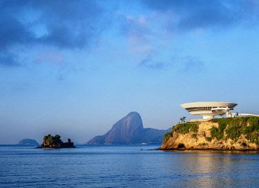 BRA3727AW Niteroi Contemporary Art Museum MAC with Sugarloaf Mountain in the background, Niteroi, State of Rio de Janeiro, Brazil