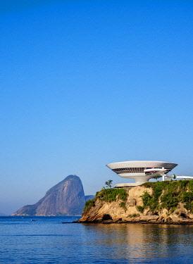 BRA3731AW Niteroi Contemporary Art Museum MAC with Sugarloaf Mountain in the background, Niteroi, State of Rio de Janeiro, Brazil
