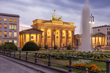 GER11580 The Brandenburg Gate is the most famous Berlin landmark in the centre of the city, located at Pariser Platz between the former east and west part of the capital, Berlin, Germany