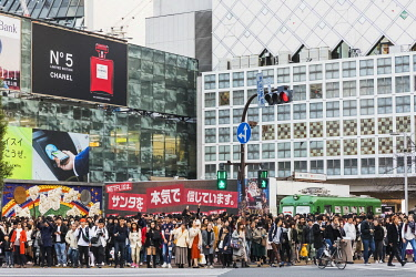 TPX68958 Japan, Honshu, Tokyo, Shibuya, Shibuya Station and Crowds Waiting to Cross Road