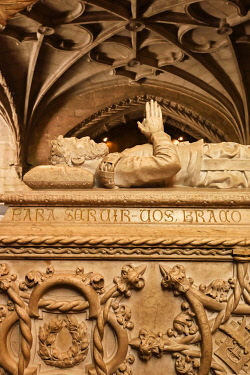 POR10249AWRF Tomb of Luis de Camoes inside the church of the Jeronimos Monastery, a Unesco World Heritage Site. Lisbon, Portugal
