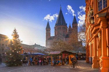 GER11632AW Christmas Market and Mainz Cathedral, Mainz, Rhineland-Palatinate, Germany