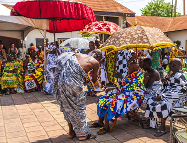 GHA0227AW Ghana, Kumasi, Akwasidae festival. Colorful dressed chiefs during the greeting ceremony. The Akwasidae Festival (alternate, Akwasiadae) is celebrated by the Ashanti people and chiefs in Ashanti, as we...