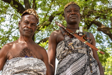 GHA0232AW Ghana, Kumasi, Akwasidae festival. Guardians of the King  traditionally armed and dressed at The Akwasidae Festival (alternate, Akwasiadae) is celebrated by the Ashanti people and chiefs in Ashanti, a...