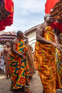 GHA0235AW Ghana, Kumasi, Akwasidae festival. Assistants preceding the King's entrance at The Akwasidae Festival (alternate, Akwasiadae) is celebrated by the Ashanti people and chiefs in Ashanti, as well as the...