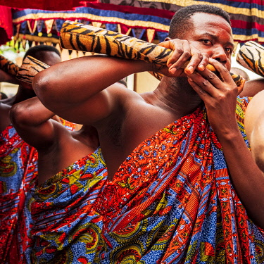 GHA0237AW Ghana, Kumasi, Akwasidae festival. Musicians playing the horns at The Akwasidae Festival (alternate, Akwasiadae) is celebrated by the Ashanti people and chiefs in Ashanti, as well as the Ashanti diasp...