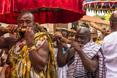 GHA0238AW Ghana, Kumasi, Akwasidae festival. Musicians playing the horns at The Akwasidae Festival (alternate, Akwasiadae) is celebrated by the Ashanti people and chiefs in Ashanti, as well as the Ashanti diasp...