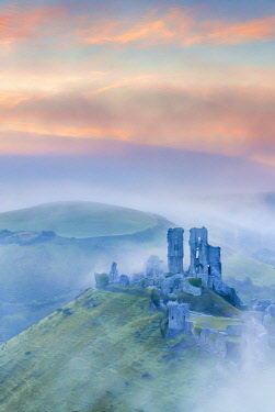 UK08452 UK, England, Dorset, Corfe Castle at sunrise
