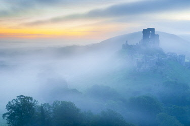 UK08454 UK, England, Dorset, Corfe Castle at sunrise