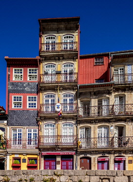 POR10345AWRF Colourful houses at Cais da Estiva, Porto, Portugal