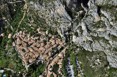 IBLHWE03721763 Village of Moustiers-Sainte-Marie, aerial view, Seealpen, Moustiers-Sainte-Marie, Département Alpes-de-Haute-Provence, Region Provence-Alpes-Côte d'Azur, France, Europe