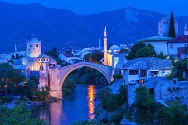 IBXGAB04801945 Mostar Bridge over Neretva river at sunset, Unesco World Heritage Site, Mostar, Bosnia and Herzegovina, Europe
