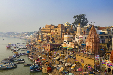 IN05937 India, Uttar Pradesh, Varanasi, Gange River and Historic Ghats