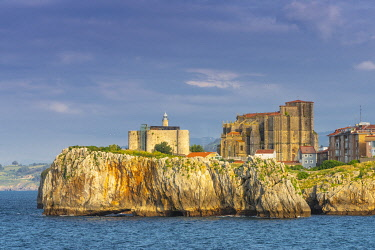 SPA8773AW Spain, Cantabria, Castro-Urdiales, old town on headland, Santa Maria church and Santa Ana castle
