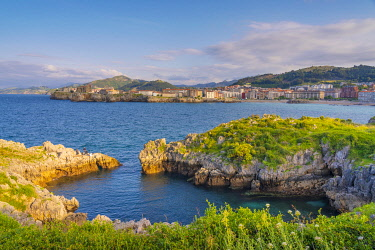 SPA8777AW Spain, Cantabria, Castro-Urdiales, view of town and cove