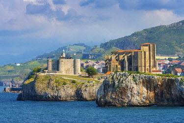 SPA8771AW Spain, Cantabria, Castro-Urdiales, old town on headland, Santa Maria church and Santa Ana castle