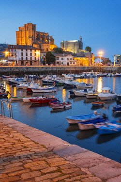 SPA8761AW Spain, Cantabria, Castro-Urdiales, harbour, Santa Maria church and Santa Ana castle at dusk