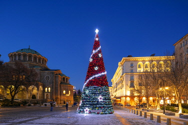 BUL0249 Europe, Bulgaria Sofia, Christmas tree and decorations in the city center and Holy Nedelya church