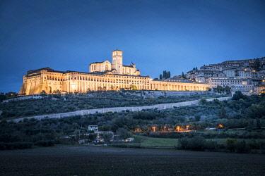 ITA13753AW Basilica di San Francesco d'Assisi illuminated in a spring evening, Umbria, Italy