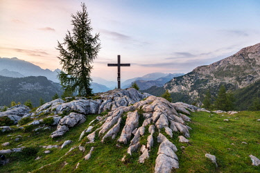 IBXMAB04808614 Summit cross at the summit of Feldkogel after sunset, mountain landscape, Steinernes Meer, Berchtesgaden National Park, Berchtesgadener Land, Upper Bavaria, Bavaria, Germany, Europe
