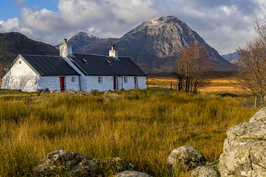 IBXSEI04810358 Black Rock Cottage with summit of Stob Dearg in the background, Glen Coe, Rannoch Moor, west Highlands, Scotland, United Kingdom, Europe