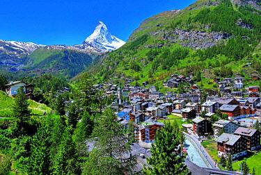 IBLGNG04789005 View of the village with Matterhorn 4478m, Zermatt, Mattertal, Valais, Switzerland, Europe