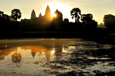 CLKFR63084 Cambodia, Siem Reap, Angkor Wat temple at sunrise