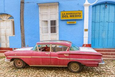 CLKNO101175 Bodeguita del Medio and classic American vintage car in Trinidad,  Trinidad and Sancti Spiritus Province, Cuba
