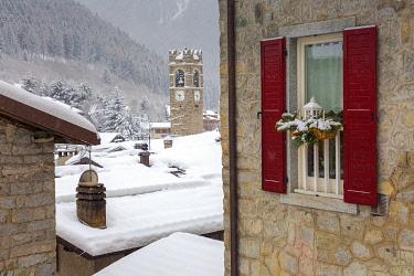 CLKAB78607 Ponte di Legno under a snowfall, Lombardy district, Brescia province, Italy.