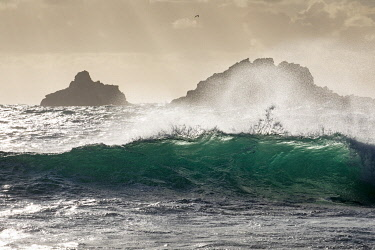 ENG16147 Wave breaking off Cape Cornwall, with the Brisons islands offshore, Cornwall, England