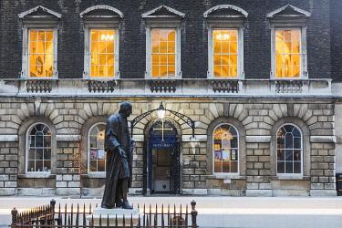 TPX69224 England, London, Southwark, London Bridge City, Guys Hospital, Statue of Thomas Guy and Guys Chapel