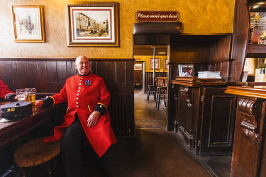 TPX69495 England, London, Southwark, Tower Bridge, The Anchor Tap Pub, Chelsea Pensioners Enjoying Drinks