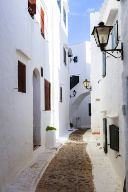 SPA8949AW Alley in the old town of Binibequer Vell, Menorca, Balearic Islands, Spain