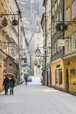 AUT0945AW Getreidegasse pedestrian mall blanketed in snow, Salzburg, Austria