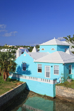 BU01145 Bermuda, traditional white stone roofs on colourful Bermuda houses
