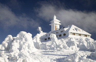 IBXGIR04833012 Snowy Fichtelberghaus in winter, Ore Mountains, Saxony, Germany, Europe