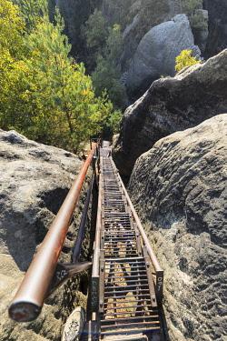 IBXMAL04832768 Iron Stairs, Schrammsteine, Elbe Sandstone Mountains, Saxon Switzerland National Park, Saxony, Germany, Europe