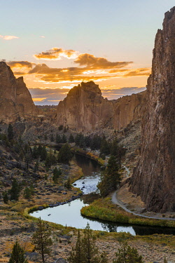 IBXMMW04859956 Sunset, Crooked River, Canyon with rock formations, The Red Wall, Smith Rock State Park, Oregon, USA, North America