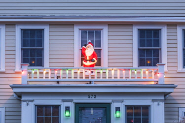 US03607 USA, New England, Massachusetts, Cape Cod,  Provincetown,  Santa Claus Christmas decaration