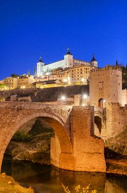 SPA9091AW The Puente de Alcantara (Alcantara bridge) over the Tagus river, a roman bridge that was the obligatory entry for all pilgrims in the Middle Ages. A Unesco World Heritage Site, Toledo. Castilla la Man...