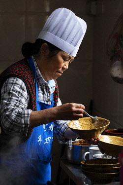 CH11829AW Asia, China, Peoples Republic, Sichuan Province, Chengdu, Du Jiang Yan City, chef in noodle shop