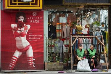 CH11831AW Asia, China, Peoples Republic, Chinese,Sichuan Province, Chengdu, Du Jiang Yan City, shopping street
