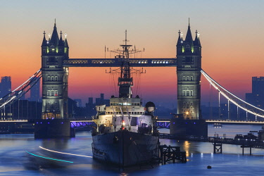 TPX69575 England, London, Tower Bridge and Museum Ship HMS Belfast at Dawn