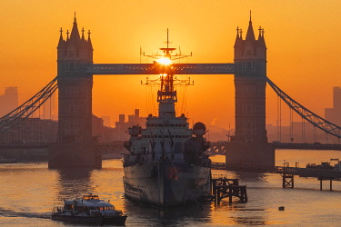 TPX69584 England, London, Tower Bridge and Museum Ship HMS Belfast at Sunrise