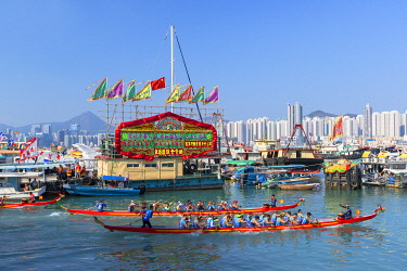 CH11835AW Dragon boat race at Shau Kei Wan Harbour, Hong Kong Island, Hong Kong, China