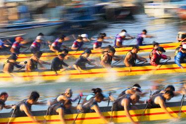 CH11837AW Dragon boat race at Shau Kei Wan Harbour, Hong Kong Island, Hong Kong, China