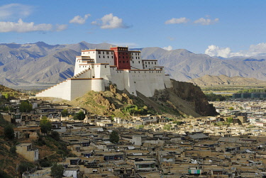 IBLESP01812495 View over the historic town centre and the rebuilt Shigatse Dzong fortress, Shigatse, Tibet, China, Asia