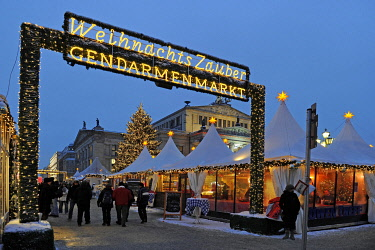 IBLISB01795245 Christmas market on Gendarmenmarkt square, behind the Konzerthaus concert hall, Berlin, Germany, Europe