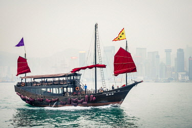 CH11951AW Aqua Luna traditional Junk ship sailing in Victoria Harbor, Tsim Sha Tsui, Kowloon, Hong Kong, China